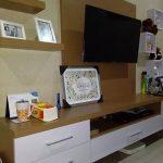 Rak TV Dinding - Lemari TV Ruang Keluarga
